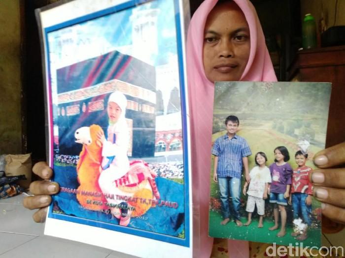 Keluarga Delis Sulistina yang mayatnya ditemukan tewas di gorong-gorong
