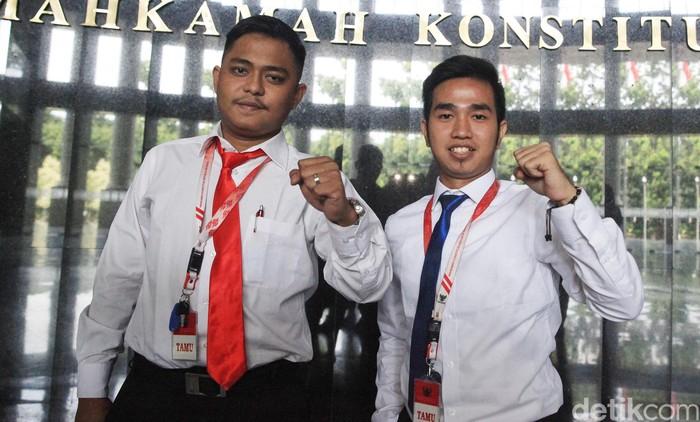 MK menggelar sidang gugatan yang diajukan Mahasiswa UKI Jakarta soal lampu motor wajib dinyalakan di siang hari. Salah satu pemohon malah tidak punya SIM.
