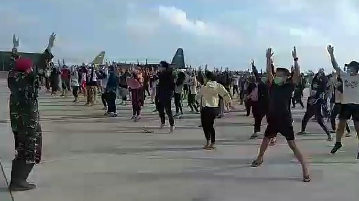 Kegiatan WNI dari Wuhan di Natuna selama masa observasi (Screenshot video dok. istimewa)