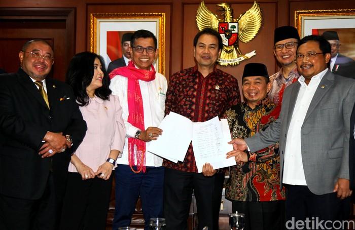 Fraksi Partai Demokrat dan PKS DPR RI serahkan usulan pembentukan pansus hak angket ke pimpinan DPR. Usulan Pansus hak angket itu terkait kasus Jiwasraya.