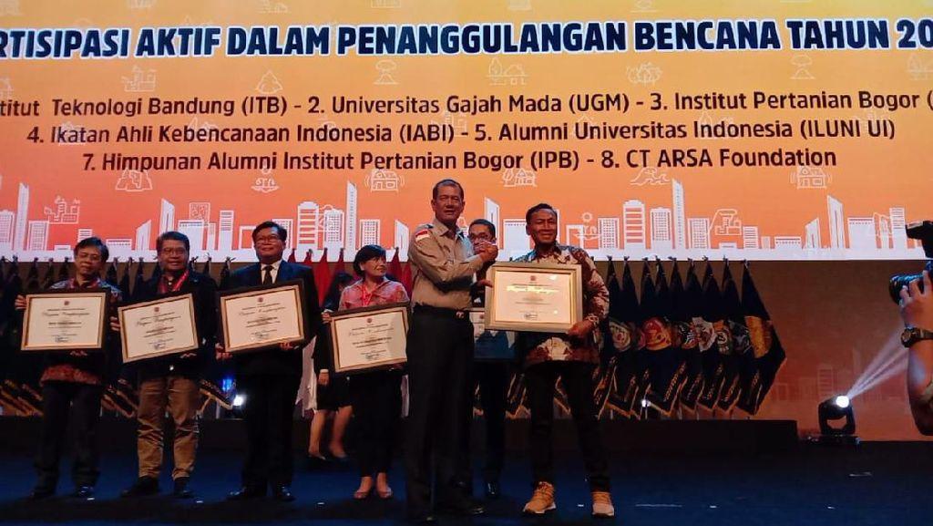 detikcom dan CT Arsa Foundation Terima Penghargaan dari BNPB