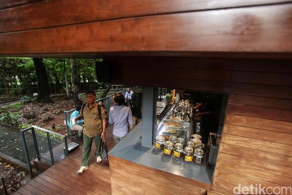 Di balik konsep kafe di tengah hutan, Arborea Cafe punya fakta unik lainnya yang jarang orang ketahui. Salah satunya mengenai desain kafe yang langsung dibuat Menteri Lingkungan Hidup dan Kehutanan (LHK), Siti Nurbaya.