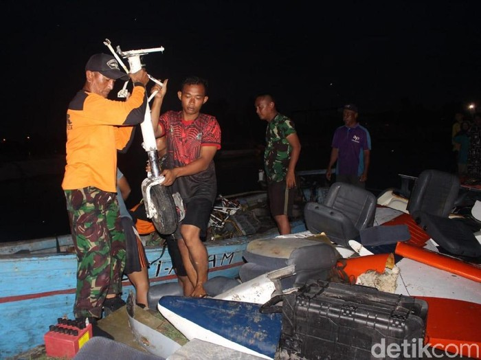 Pesawat latih jenis Tobago T 2405 yang melakukan pendaratan darurat di Sidoarjo sudah dievakuasi. Pesawat tersebut dibagi menjadi beberapa bagian.