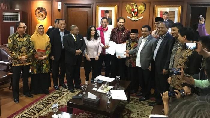 PD-PKS Serahkan Usulan Pansus Hak Angket Jiwasraya ke Waka DPR Aziz Syamsuddin