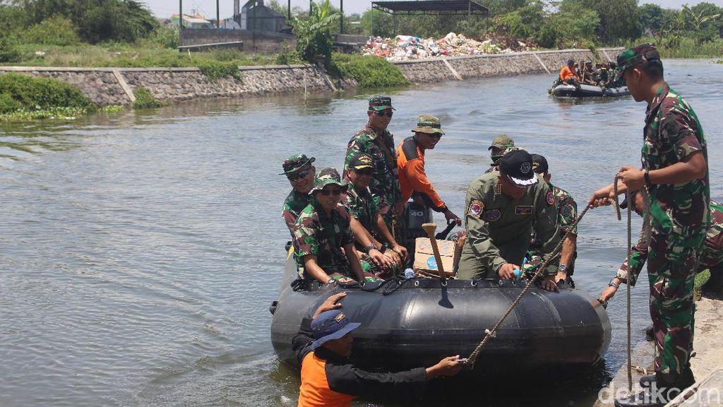 Pesawat Latih TNI AL yang Mendarat Darurat di Sidoarjo Dievakuasi