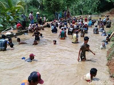 Kades Terpilih, Warga Desa Langsung Tangkap Ikan Ramai-ramai di Kolam