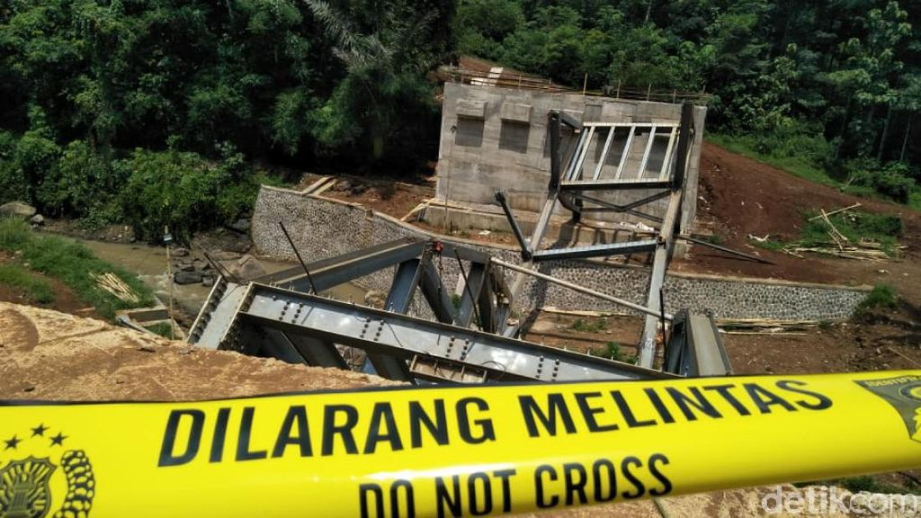 Masih Tahap Pembangunan, Jembatan Cibalagung Cianjur Ambruk