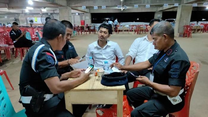 ISTIMEWA- Joki CPNS di Makassar (berkemeja putih) ditangkap