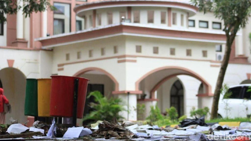 Tolak PHK, Ratusan Cleaning Service UIN Makassar Demo Tabur Sampah