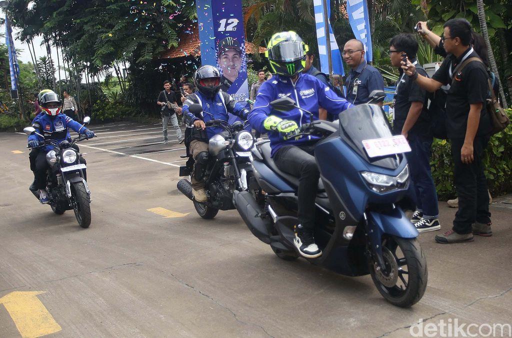 Dua pebalap Yamaha, Valentino Rossi dan Maverick Vinales berkesempatan menjajal line up terbaru motor Yamaha Indonesia. Rossi menjajal All New Nmax.