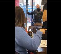 Saat Serangan Teror, Pelayan Kafe Biarkan Pelanggan Tetap Makan