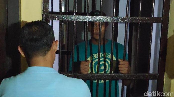 M Bakrie-detikcom/ Pria mengamuk di Polsek Lau Maros Sulsel kini ditahan di sel