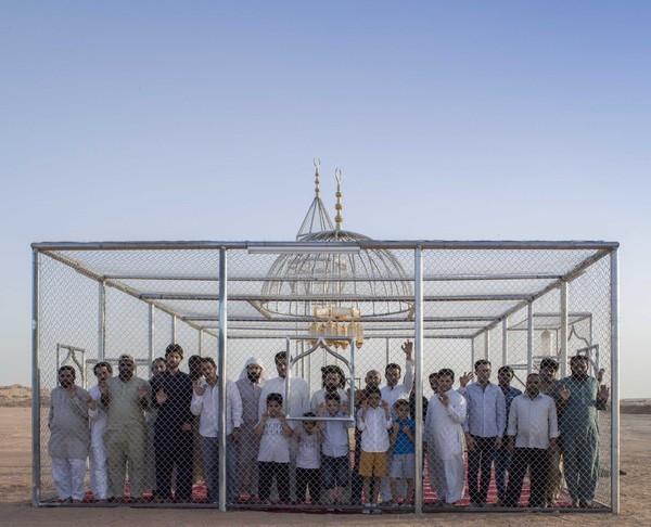 Masjid tranparan ini dari baja ringan dan dindingnya dibuat seperti jaring-jaring. Di lantainya ada hamparan sajadah dan juga ada lampu di langit-langitnya. Sederhana, namun tujuannya dalam. (dok Ajlan Gharem)