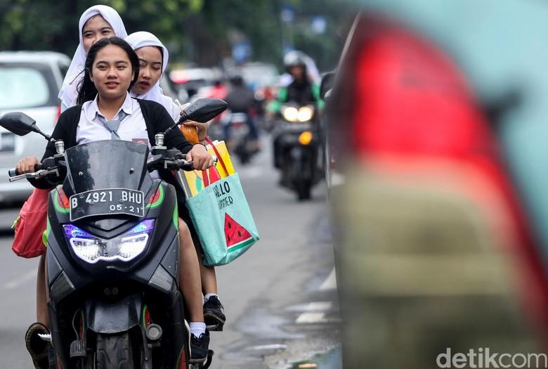 Aksi tak terpuji dan berbahaya dilakukan oleh sejumlah pelajar di Petojo, Jakarta. Para pelajar itu tak kenakan helm hingga bonceng tiga saat melintas di jalan.