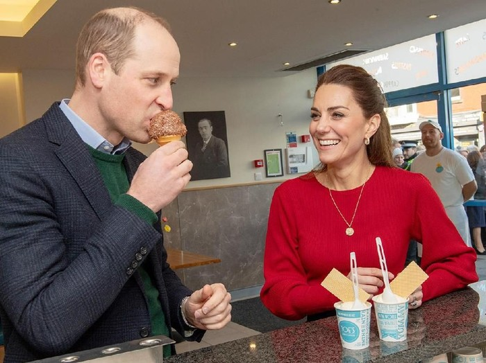 SWANSEA, UNITED KINGDOM - FEBRUARY 04: Prince William, Duke of Cambridge and Catherine, Duchess of Cambridge visit Joes Ice Cream Parlour in the Mumbles to meet local parents and carers on February 04, 2020 near Swansea, South Wales.The Duchess of Cambridge launched a landmark survey 5 Big Questions on the Under Fives on the 21st January which aims to spark a UK-wide conversation on raising the next generation. (Photo by Arthur Edwards - WPA Pool/ Getty Images)