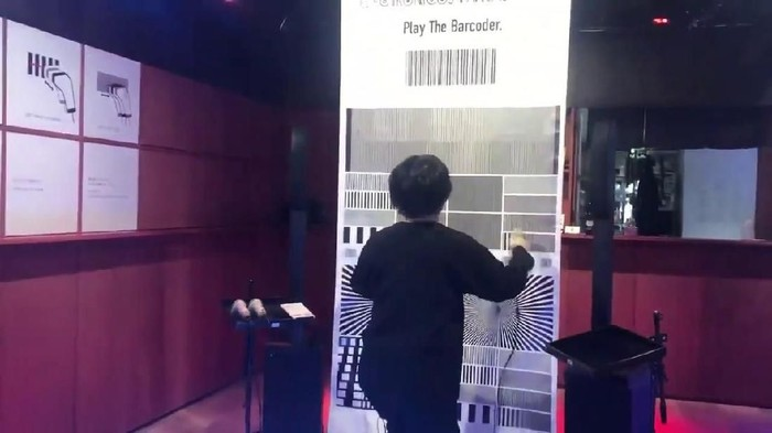 Ei Wada, seniman yang mengubah barcode jadi alat musik.