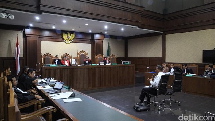 Terdakwa kasus suap proyek Baggage Handling System (BHS) di PT Angkasa Pura Propertindo Andra Y Agussalam (batik coklat) dan Darman Mappangara (batik hitam) mengikuti jalannya sidang lanjutan di Pengadilan Tipikor, Jakarta, Rabu (5/2/2020). Mantan Direktur Keuangan PT Angkasa Pura II dan mantan Dirut PT INTI tersebut menjalani sidang dengan agenda mendengarkan keterangan ahli hukum pidana Universitas Islam Indonesia (UII), Mudzakir.