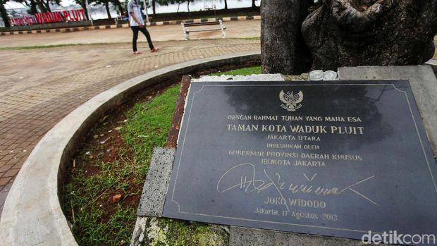 Sejumlah warga bermain di Taman Kota Waduk Pluit, Jakarta Utara, Rabu (5/1/2020). Taman yang diresmikan era Jokowi tersebut masih ramai dikunjungi warga setiap sorenya.