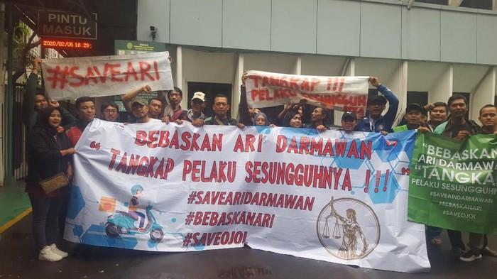 Demo dukung Ari Darmawan