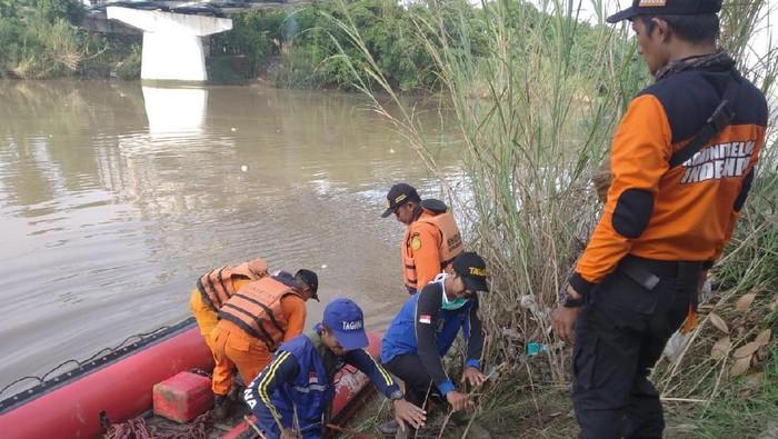 Petugas cari bocah yang tenggelam di Sungai Cimanuk Indramayu