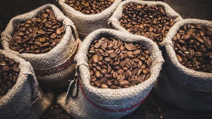 Café preto com biscoito de polvilho assado servido com café.  Delicias da culinária de Minas Gerais. Comida típica brasileira.