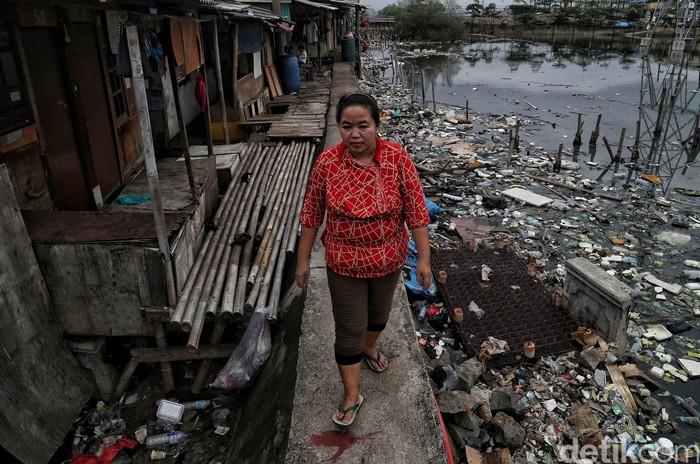 Di balik gemerlapnya Kota Jakarta, ada sejumlah permukiman kumuh yang turut menghiasi ibu kota. Salah satunya berada di kawasan Muara Angke, Jakarta Utara.