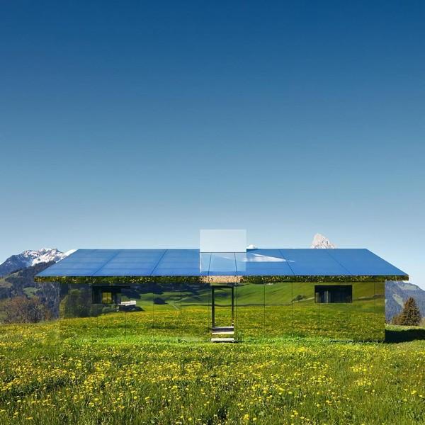 Melalui karya seninya ini, traveler dapat melihat pemandangan pegunungan di Gstaad, Swiss yang terus berganti mengikuti perubahan musim lewat pantulan kaca rumah (Foto: Instagram @elevation1049)
