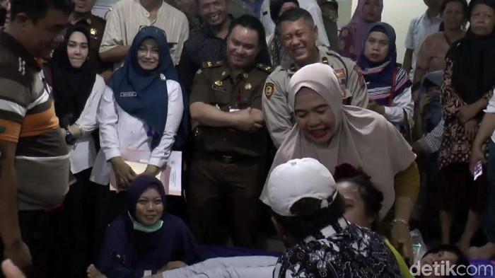 Tim gabungan lintas instansi dari Pemerintah Provinsi Jawa Timur mendatangi lokasi pengobatan Ningsih Tinampi. Di depan belasan petugas, Ningsih pun beraksi.