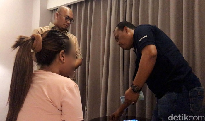 Anggota DPR Andre Rosiade melakukan penggerebekan prostitusi online di Sumbar. Berikut detik-detik penggerebekan yang picu kontroversi tersebut.
