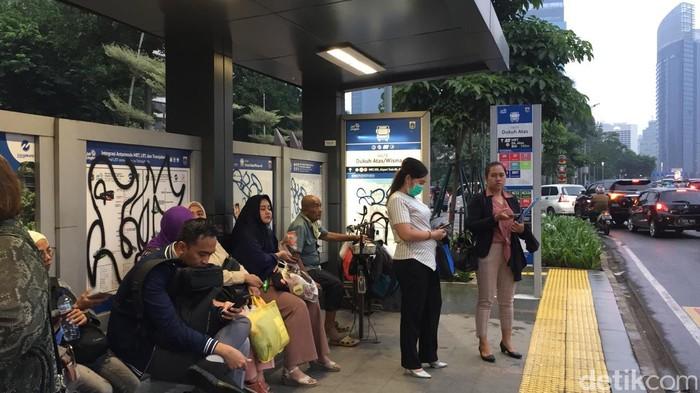 Halte Transjakarta Dukuh Atas/Wisma 46 dicoret-coret. (Tiara Aliya Azzahra/detikcom)