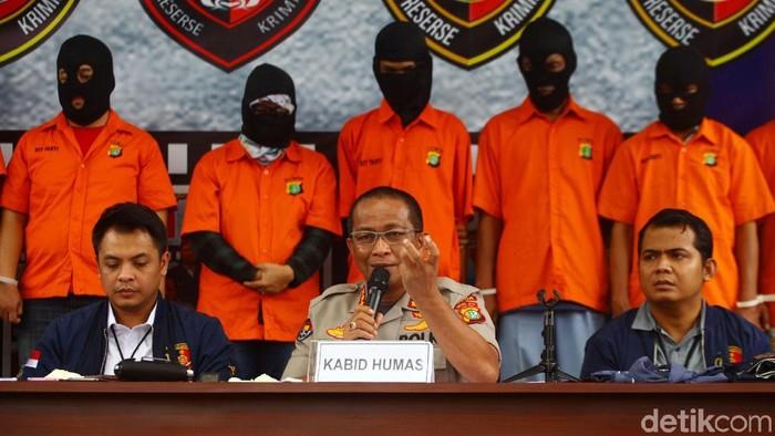 Polda Metro Jaya merilis kasus pembobolan rekening milik Ilham Bintang. Sebanyak 8 tersangka dan berbagai barang bukti dipamerkan polisi.