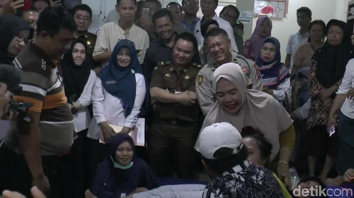 Tempat pengobatan Ningsih Tinampi dikunjungi petugas lintas instansi dari Pemprov Jatim dan Pemkab Pasuruan. Di depan belasan petugas, Ningsih pun beraksi.