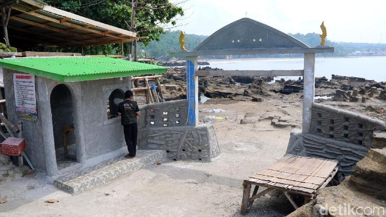 Warganet mempertanyakan pembangunan gapura di area dalam lokasi wisata Karang Hawu, Desa/Kecamatan Cisolok, Kabupaten Sukabumi.