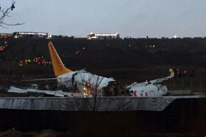 Pesawat milik maskapai Pegasus Airlines tergelincir di Bandara Sabiha Gokcen, Istanbul, Turki, Rabu (5/2/2020). Akibat kecelakaan ini, pesawat terbelah menjadi tiga bagian.