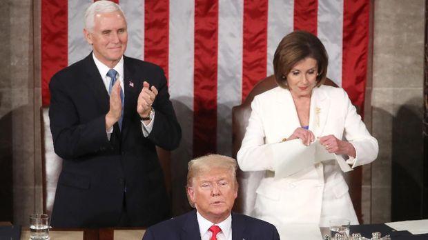 Momen Nancy Pelosi robek kertas pidato Donald Trump