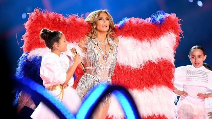 MIAMI, FLORIDA - FEBRUARY 02: (L-R) Emme Maribel Muñiz and Jennifer Lopez perform onstage during the Pepsi Super Bowl LIV Halftime Show at Hard Rock Stadium on February 02, 2020 in Miami, Florida. (Photo by Kevin Winter/Getty Images)