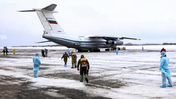 Pesawat militer Rusia yang membawa orang-orang yang dievakuasi dari China di tengah wabah virus corona
