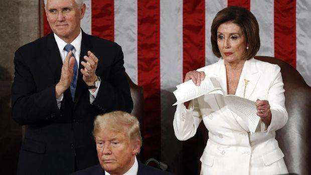 Berantem, Ketua DPR AS Robek Pidato Kenegaraan Trump