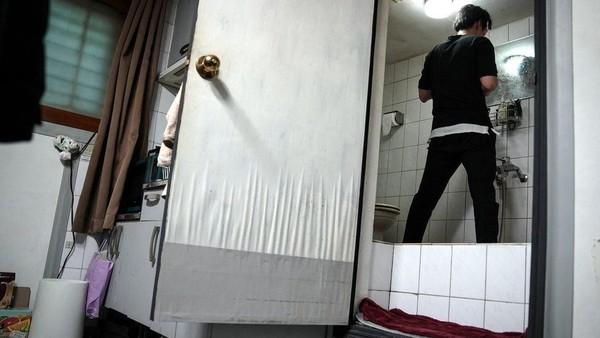 Kamar mandinya apalagi, Kee-Cheol sampai harus merentangkan kaki agar kepalanya tidak kepentok langit-langit. Tinggal di banjinha, seperti mimpi buruk bagi mereka yang phobia dengan ruang sempit. (BBC)