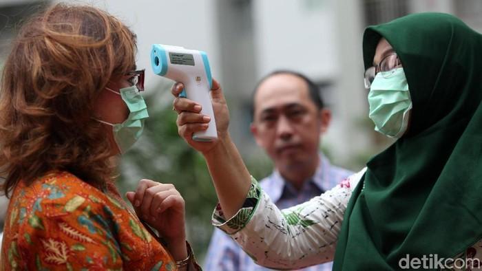 Dinas Kesehatan DKI Jakarta melakukan sosialisasi terkait virus corona di Apartemen Mediterania Garden 2, Jakarta, Kamis (6/1). Sosialisasi tersebut disambut baik warga.