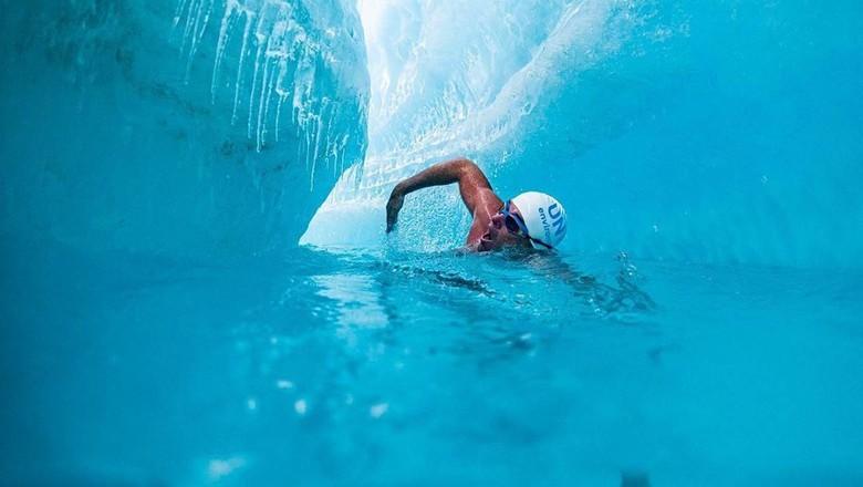 Aktivis berenang di Laut Arktik dalam suhu 0 derajat celcius