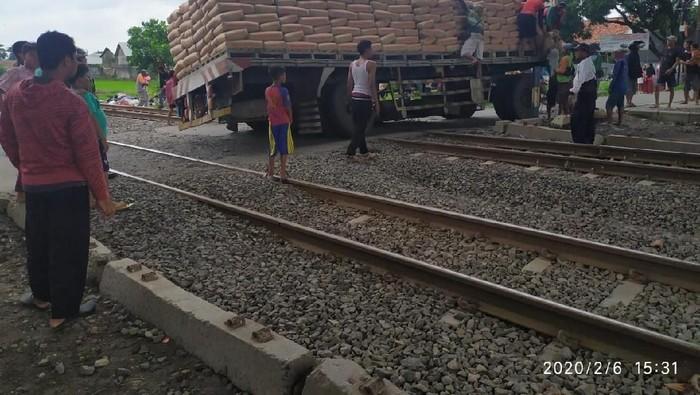 As roda Truk bermuatan semen patah di perlintasan kereta api Cirebon