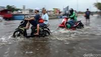 Jangan Nekat! Ini Batas Aman Motor Terobos Banjir