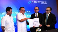 Direktur Utama PT Bank JTrust Indonesia Tbk. (J Trust Bank) Ritsuo Fukadai (2 kanan) didampingi Direktur Felix I Hartadi (kanan) bersama CEO CicilSewa Hendry Octavianus (2 kiri) dan CFO CicilSewa Andrew Buntoro (kiri) menandatangani perjanjian kerjasama di Jakarta, Kamis (6/2/2020). Foto: dok. Jtrust
