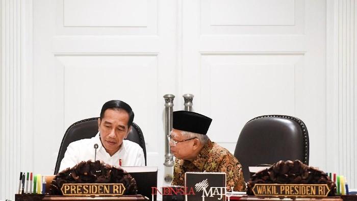 Presiden Joko Widodo (kiri) berbincang dengan Wakil Presiden Maruf Amin saat memimpin rapat kabinet terbatas tentang hilirisasi industri produk-produk unggulan di Kantor Presiden, Jakarta, Kamis (6/2/2020). Presiden Joko Widodo menyatakan industri nasional telah mampu membuat produk-produk dengan teknologi unggulan dan meminta dapat terus dikembangkan dengan pendanaan riset yang memadai dari BUMN serta swasta. ANTARA FOTO/Hafidz Mubarak A/wsj.