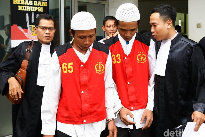 Dua eksekutor pembunuh Pupung dan Dana menjalani sidang dakwaan di PN Jakarta Selatan. Keduanya didakwa jaksa melakukan pembunuhan dengan sengaja.