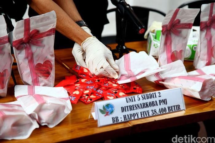 Direktorat Narkoba Polda Metro Jaya gagalkan peredaran narkotika jenis happy five (H5)sebanyak 38.400 butir yang akan diedarkan saat hari valentine di Jakarta.