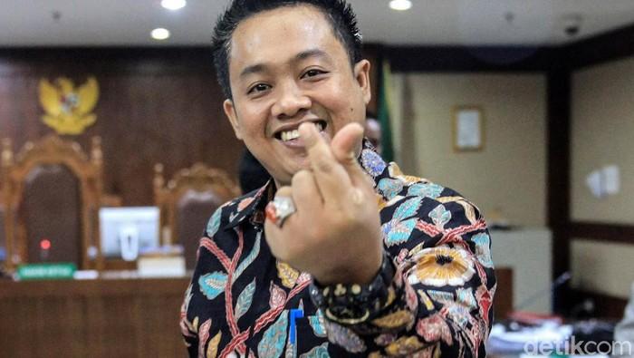 Eks asisten pribadi Menpora Imam Nahrawi, Miftahul Ulum memberikan gestur finger heart saat jalani sidang di Pengadilan Tipikor, Jakarta.