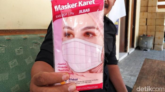 Merebaknya Virus Corona membuat permintaan masker kian meningkat bahkan hingga sampai Blitar. Stok yang semakin menipis membuat harga masker naik berkali-kali lipat.