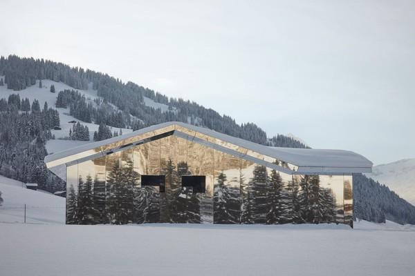 Seniman yang juga seorang produser film, Doug Aitken membuat proyek kreasi rumah kaca yang disebut Mirage Gstaad (Foto: www.dougaitkenmiragegstaad.com)
